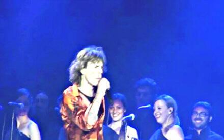 Coro con Rolling Stones Correggia in basso a sinistra