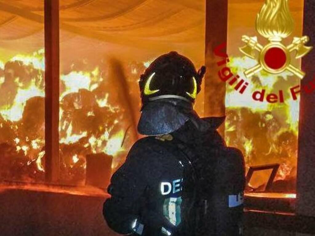 Oristano Vigili del fuoco Incendio fienile