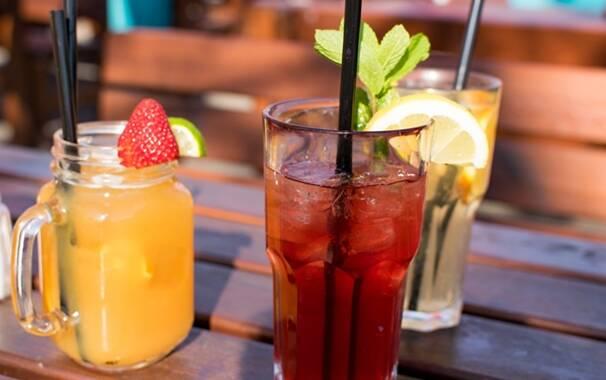 Bicchieri - bar - tavolini all'aperto