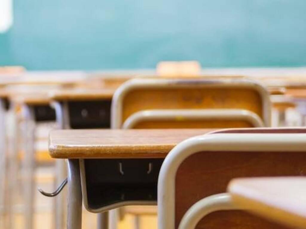 Scuola aula banchi