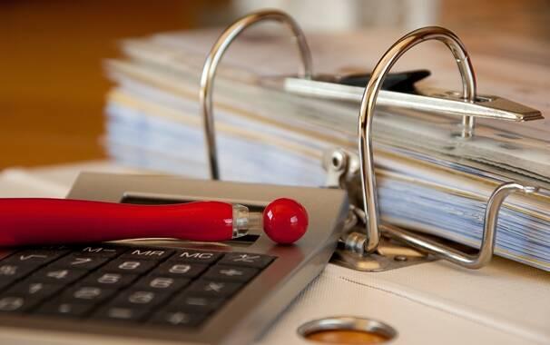 Contabile - amministrativo - cartella di lavoro - calcolatrice - numeri - conti