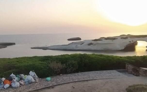 S'Archittu: tramonto con spazzatura