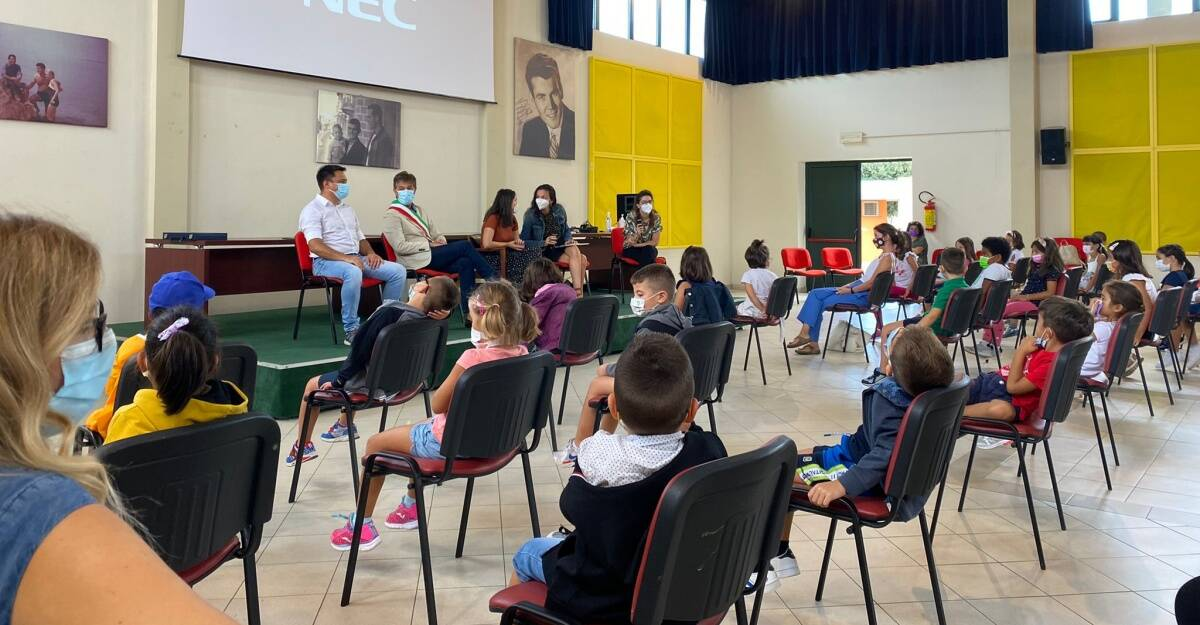 accoglienza dei bambini di simaxis per la scrittrice e artista lara hawthorne
