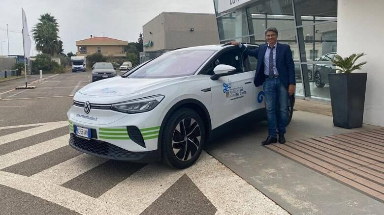 Il sindaco Abis posa con la nuova auto elettrica dell'Amp - Foto Ufficio Stampa Comune di Cabras